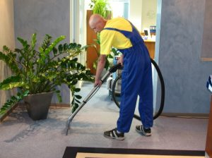 pracownik podczas sprzątania