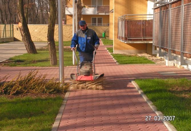 Sprzątanie chodników na osiedlach